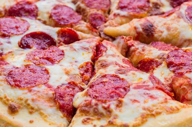 Traditionelle klassische italienische pepperonipizza-hintergrundbeschaffenheit