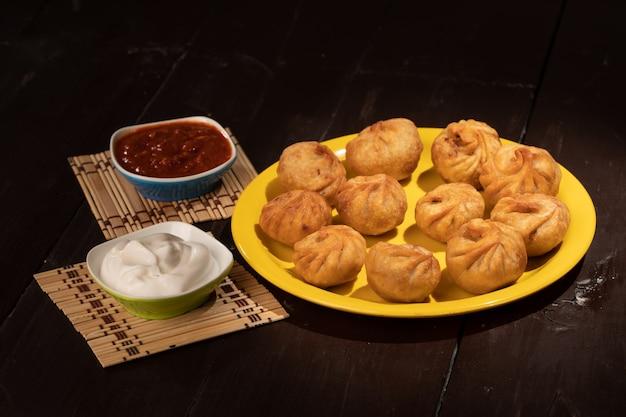 Traditionelle knödel momos serviert mit sauce