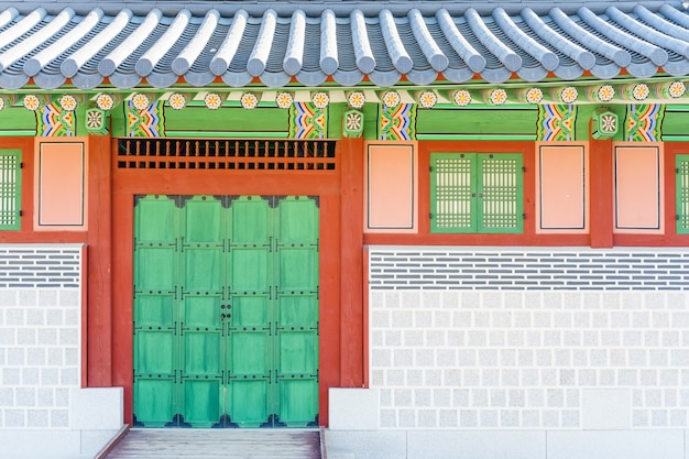 Traditionelle koreanische architektur am gyeongbokgungs-palast in seoul, südkorea.