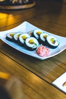 Traditionelle koreanische gimbap-reisröllchen mit fermentiertem gemüse