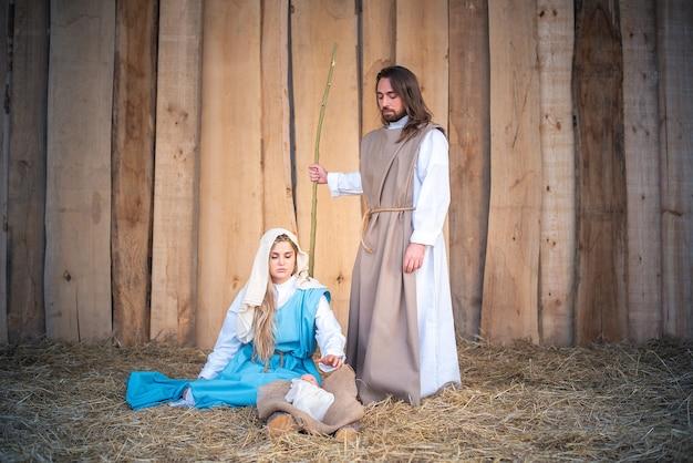 Traditionelle krippe mit jungfrau maria, jesuskind und josef