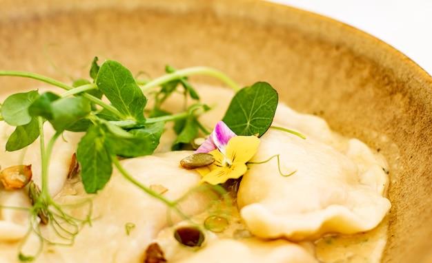 Traditionelle küche kulinarische und gourmetreisen hausgemachte knödel in pilzsauce rezept polnischer p...