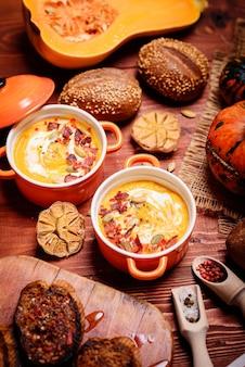 Traditionelle kürbiscremesuppe im rustikalen stil. konzept für gesunde ernährung.