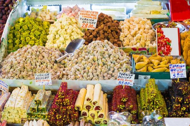 Traditionelle leckere türkische süßigkeiten auf dem markt