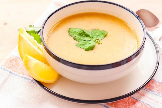Traditionelle linsensuppe in einer weißen platte auf einem holztisch