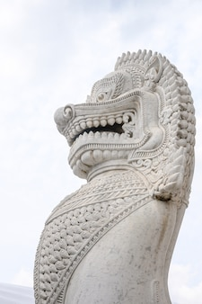 Traditionelle marmorlöwestatue im buddhismustempel
