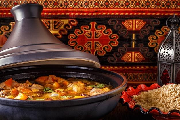 Traditionelle marokkanische hühnchen-tajine mit gesalzenen zitronen, oliven