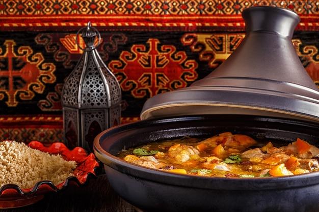 Traditionelle marokkanische tajine aus hühnchen und zitronen