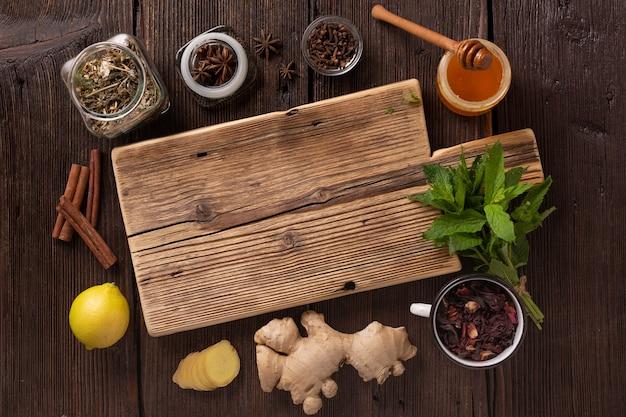 Traditionelle medizin mit gesunden teeprodukten, ansicht von oben