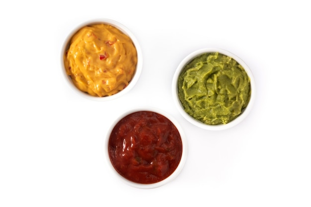 Traditionelle mexikanische saucen. guacamole, chili-pfeffersauce und käsesauce lokalisiert auf weißem hintergrund