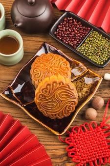 Traditionelle mondkuchen auf tisch mit teetasse