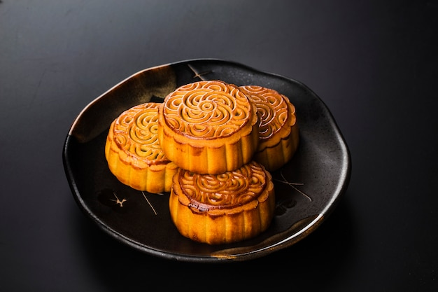 Traditionelle mooncakes auf gedeck mit teetasse.