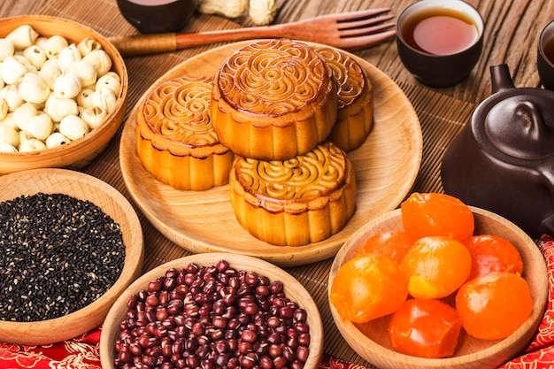 Traditionelle mooncakes auf gedeck mit teetasse.