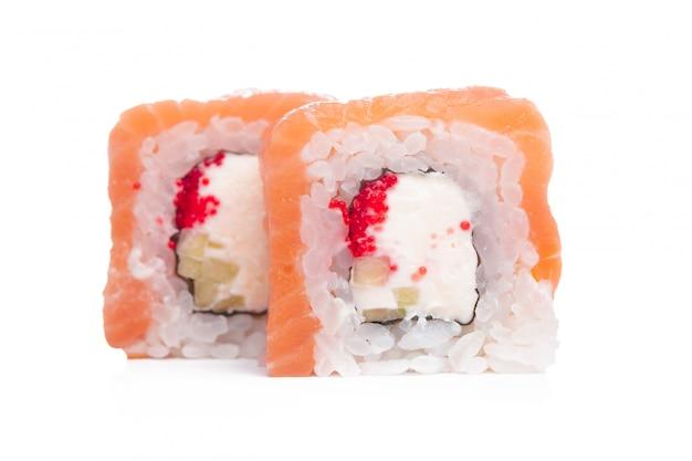 Traditionelle neue japanische sushirolle lokalisiert auf weiß