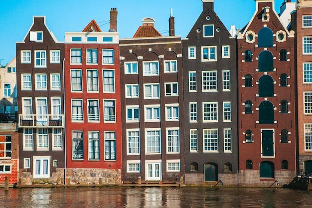 Traditionelle niederländische mittelalterliche häuser in der amsterdamer hauptstadt der niederlande