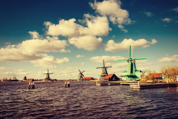 Traditionelle niederländische windmühlen aus dem kanal rotterdam. holland