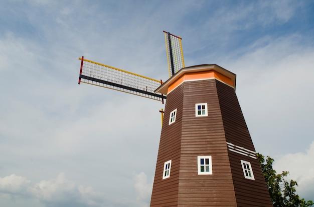 Traditionelle niederländische windmühlen mit blauem himmel