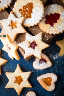 Traditionelle österreichische linzer kekse mit marmelade, hausgemachten kuchen, selektivem fokus