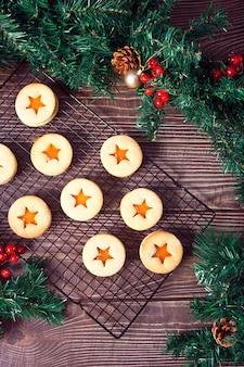 Traditionelle österreichische weihnachtsplätzchen linzer kekse gefüllt mit aprikosenmarmelade. draufsicht.