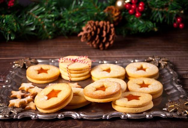 Traditionelle österreichische weihnachtsplätzchen linzer kekse gefüllt mit aprikosenmarmelade.