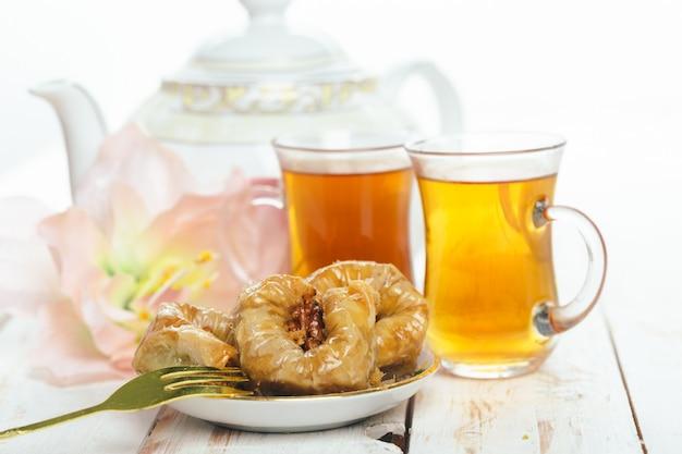 Traditionelle östliche desserts auf holz