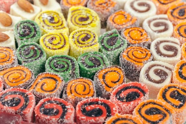 Traditionelle östliche desserts auf holzoberfläche
