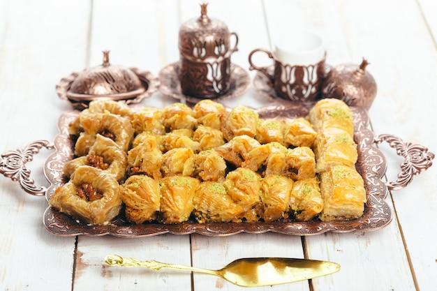 Traditionelle östliche desserts auf holztisch