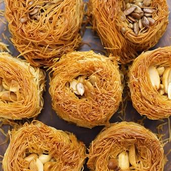 Traditionelle orientalische süße nahaufnahme mit honig