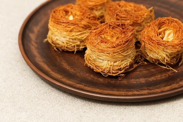 Traditionelle orientalische süßigkeiten mit honig und nüssen