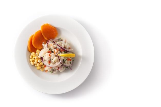 Traditionelle peruanische ceviche mit fisch, süßkartoffel, mais und gemüse