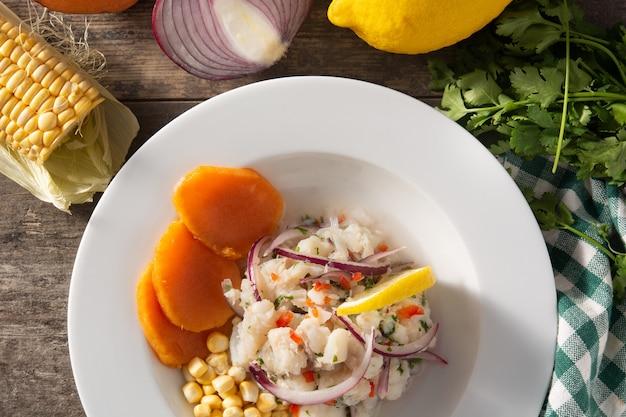Traditionelle peruanische ceviche mit fisch und gemüse
