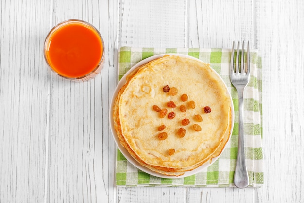 Traditionelle pfannkuchen mit honig