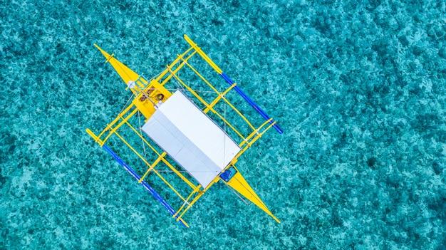 Traditionelle philippinen-boote der luftaufnahme auf korallenriff