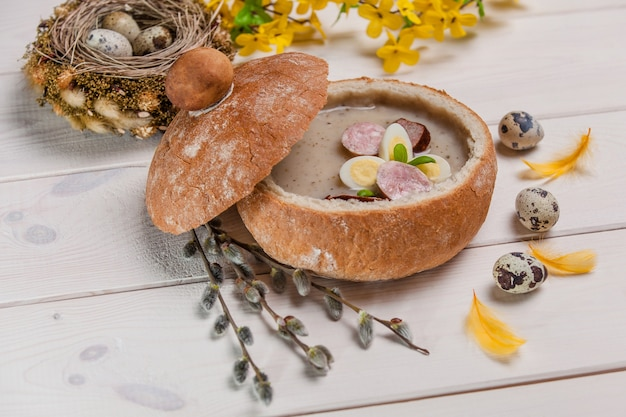 Traditionelle polnische ostersuppe in brotschale