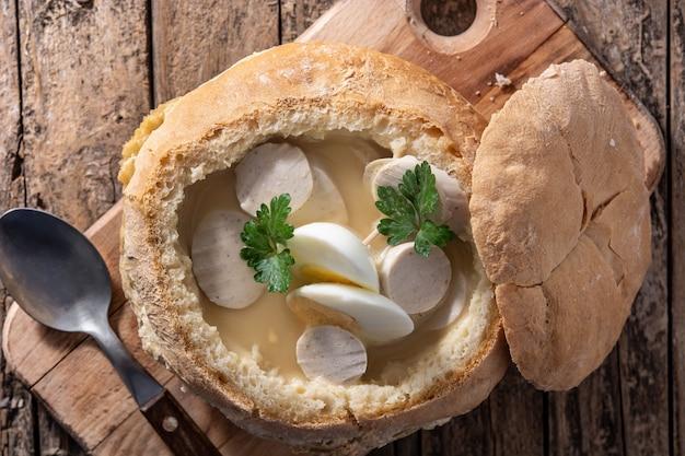 Traditionelle polnische suppe auf holztisch