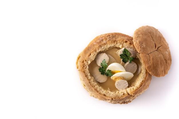 Traditionelle polnische suppe lokalisiert auf weiß