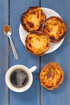 Traditionelle portugiesische plätzchen mit kaffee