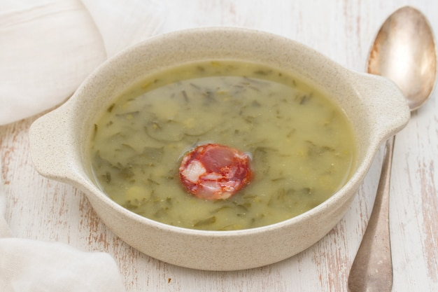Traditionelle portugiesische suppe caldo verde