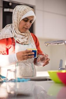 Traditionelle reinigung der moslemischen frau in der küche