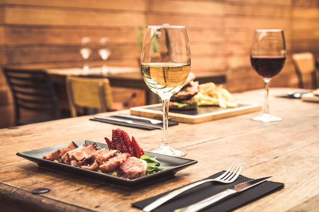 Traditionelle restaurantatmosphäre mit thunfisch-tataki und burger mit pommes