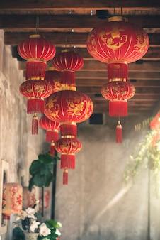 Traditionelle rote laternen des chinesischen neujahrsfests, die gegen chinatown hängen