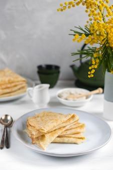 Traditionelle russische blini-pfannkuchen