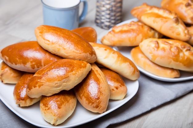 Traditionelle russische gebackene kuchen (pirozhki). nahaufnahme, selektiver fokus.