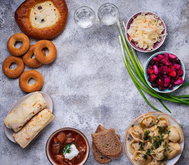 Traditionelle russische gerichte, süßigkeiten und wodka