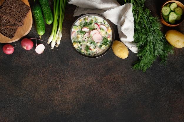 Traditionelle russische kalte okroshka-suppe mit kefir