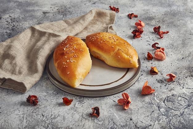 Traditionelle russische kuchen mit frühlingszwiebeln und ei auf teller. russische pirozhki, hausgemachte gebackene pastetchen.