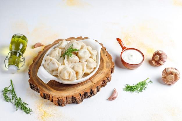 Traditionelle russische pelmeni oder knödel mit fleisch.