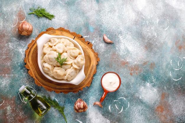 Traditionelle russische pelmeni oder knödel mit fleisch. Kostenlose Fotos