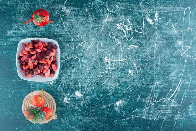 Traditionelle russische salatvinaigrette mit weihnachtskugeln.