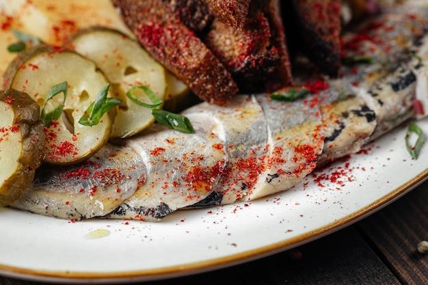 Traditionelle russische snacks mit hering und gurke